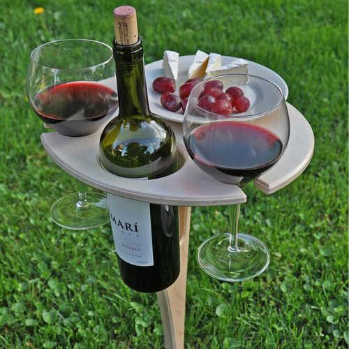stolik piknikowy na butelkę wina dwa kieliszki i przekąski