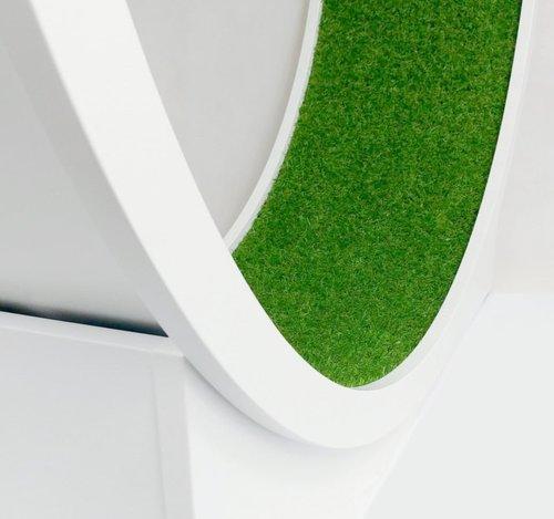 Sztuczna trawa jako pokrycie bieżni do biegania dla kota