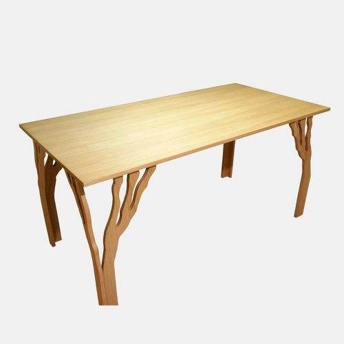 minimalistyczny stół z nogami na wzór konarów