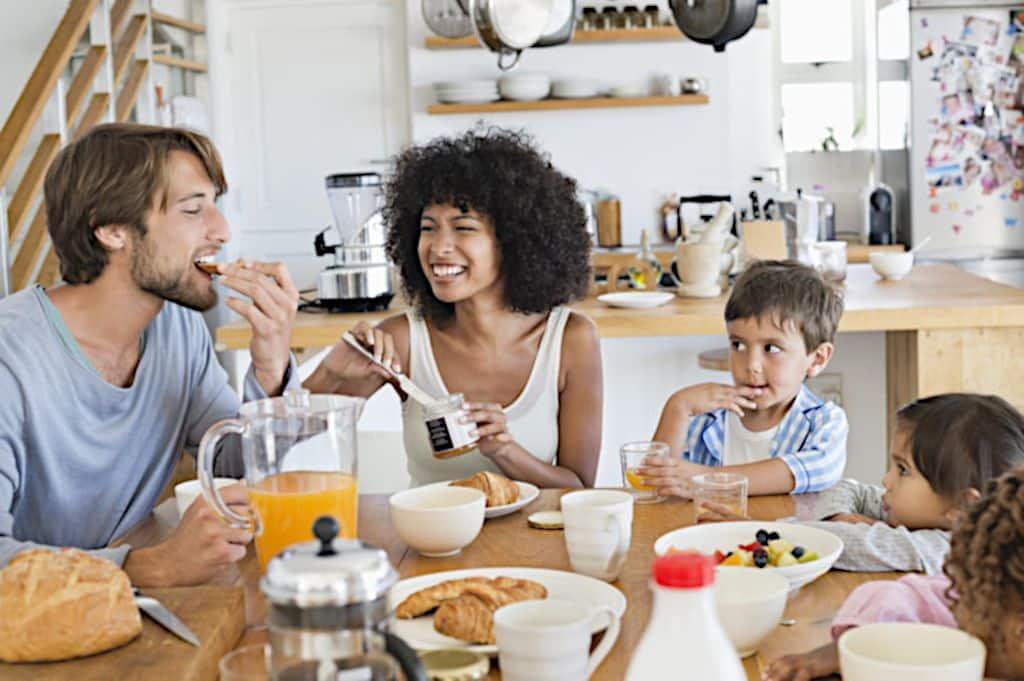 Rodzina przy stole podczas śniadania